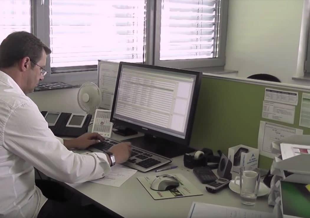 Auftragsverwaltung Dienstleister - ein Kunde sitzt am Schreibtisch und arbeitet am PC mit der BüroWARE