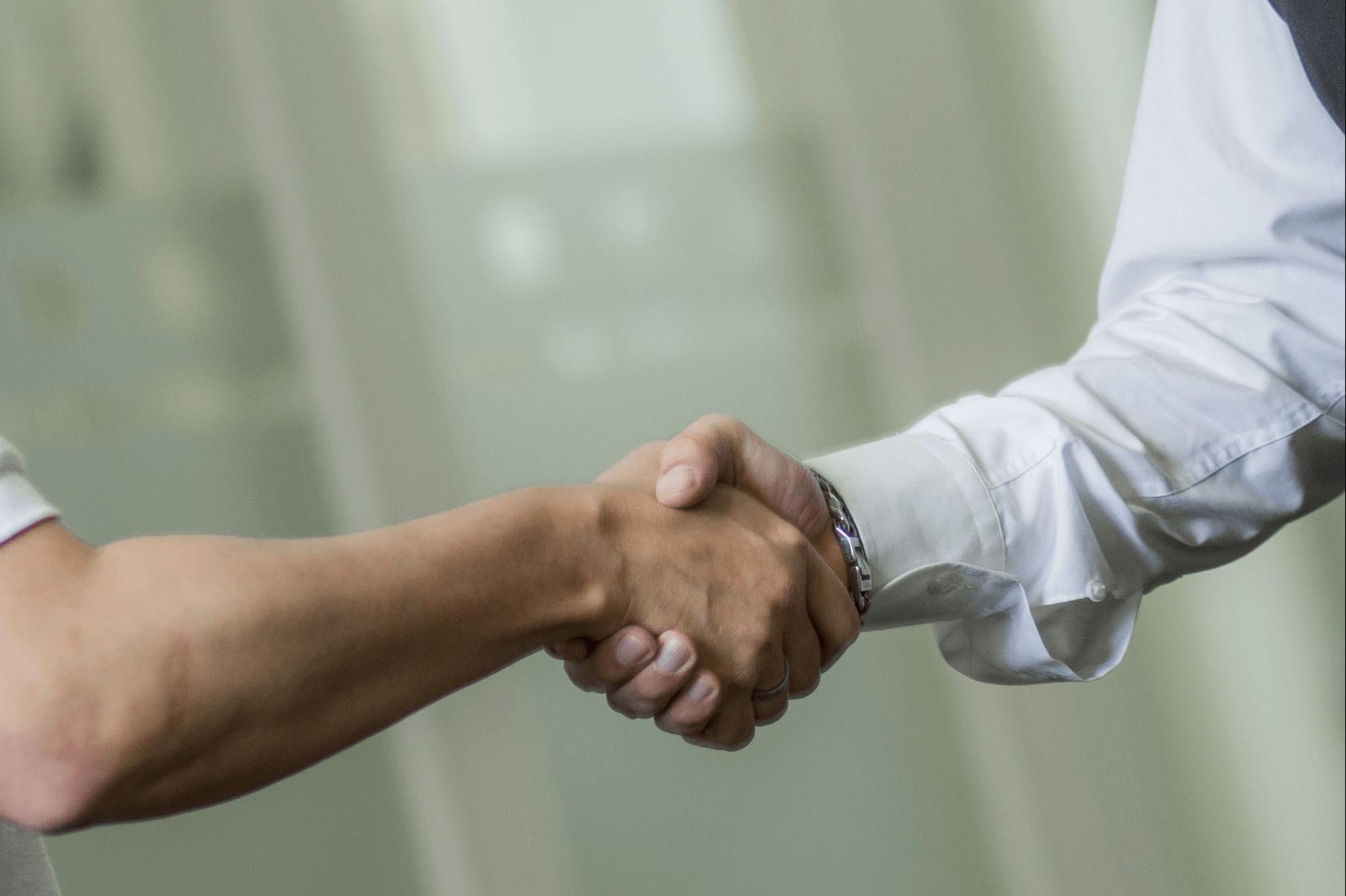 Kommunikation unter B2B und B2C - Händeschütteln Symbolbild