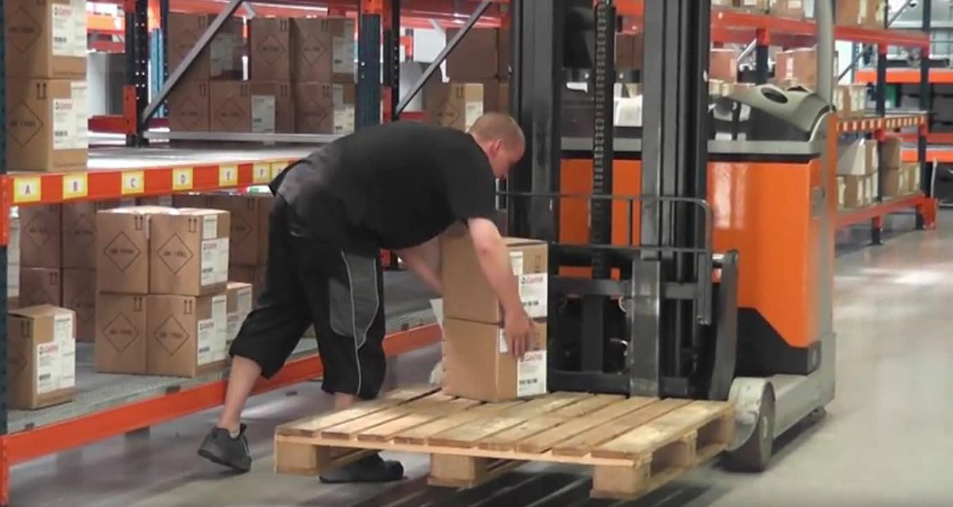 Bestell Systemautomatik durch BüroWARE und WEBWARE - Mitarbeiter verladet Pakete aus dem Lager