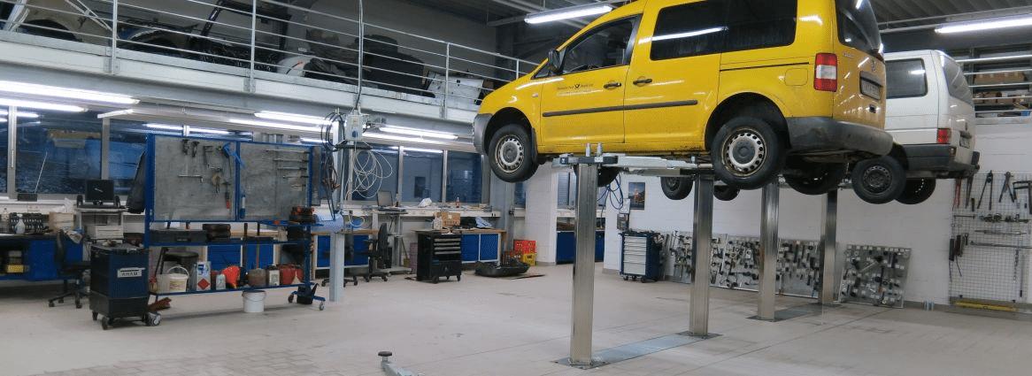 Referenzkunde Firma Rinkl Werkstatt-Technik - zwei Fahrzeuge werden in einer Werkstatt gewartet