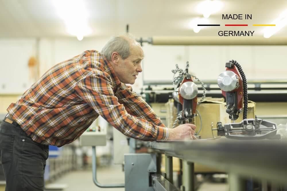 Internationalisierung Produktion BüroWARE WEBWARE - ein Mann arbeitet an einer Maschine