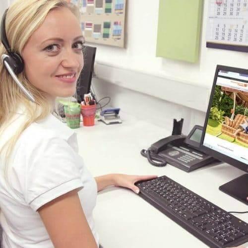Kundenreferenz Hollywoodschaukelparadies BüroWARE WEBWARE - eine Mitarbeiterin sitzt am Schreibtisch und arbeitet am PC