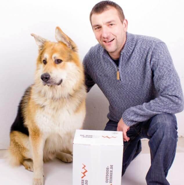 Kundenreferenz Firma RennerXXL Geschäftsführer Gerhard Renner mit Bürohund