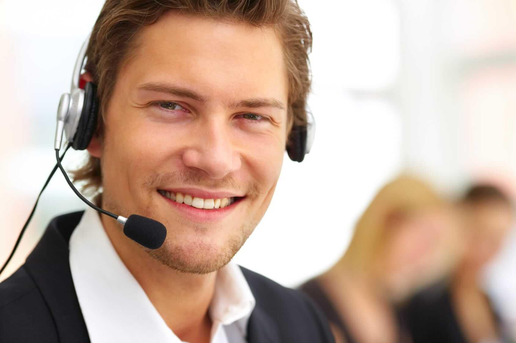 Freundlicher Supportmitarbeiter mit Headset in einem Büro
