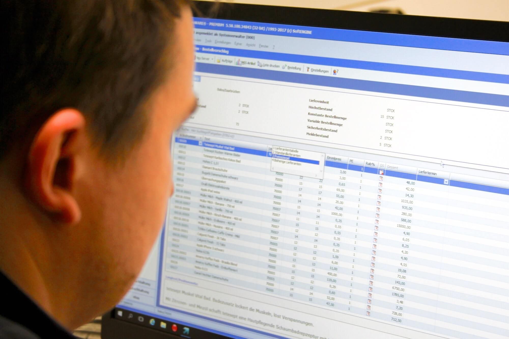 Ein Mitarbeiter bearbeitet Bestellvorschläge im Bestellsystem der ERP Software