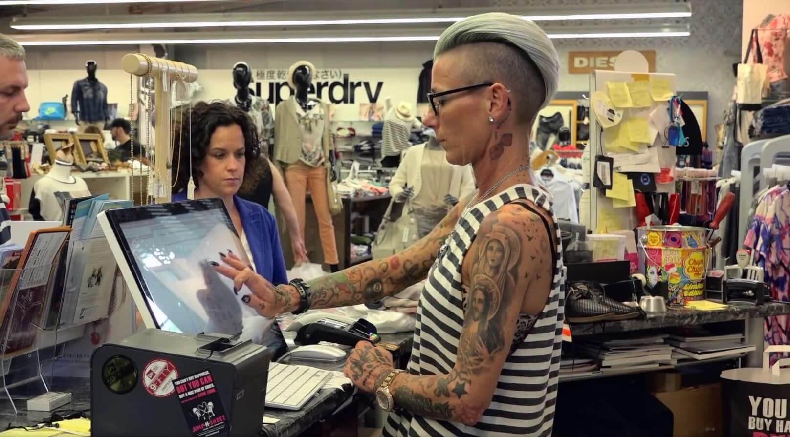 BüroWARE Kasse Referenzen - Modehandel Lifestyle Kleidung - eine Kassiererin schließt dem Kauf am Kassensystem eines Modegeschäfts ab