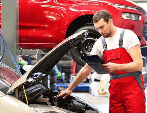 Dienstleister - Werkstatt Meister am Auto und einem Klemmbrett