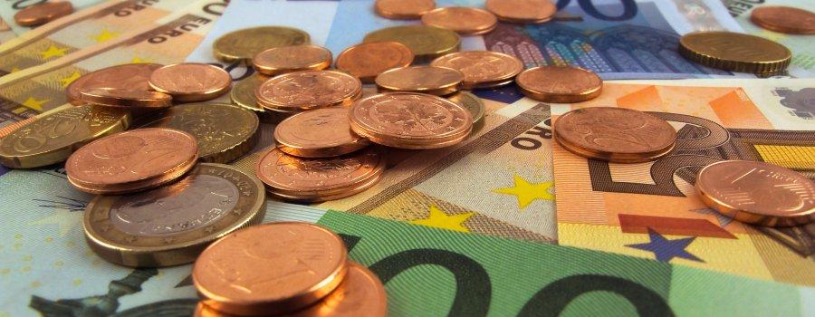 verschiedene Geldscheine und Münzen - Umsatzstuervoranmeldung