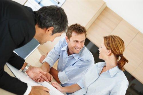 Drei lächelnde Menschen - für eine positive Finanzierung Ihrer ERP Software