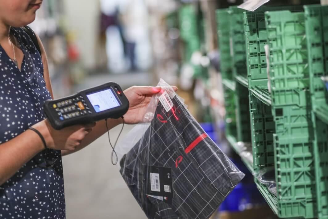 Barcode wird mit einem MDE-Gerät abgescannt - ERP Grosshandel