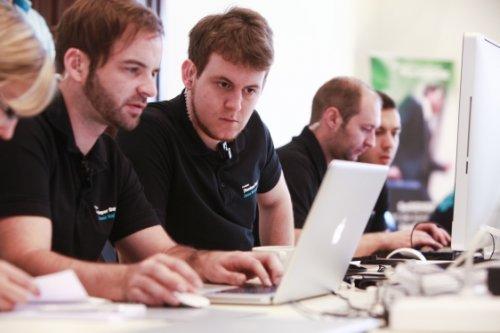Entwicklung ERP BüroWARE WEBWARE Softwarelösung - Menschen an einem Laptop