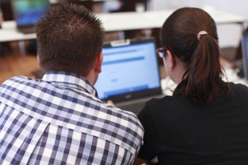 Zwei Mneschen vor einem Computer