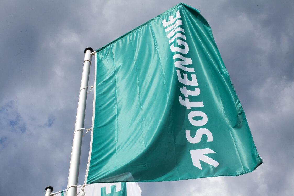 Fahne am Fahnenmast mit dem Logo der Firma Softengine