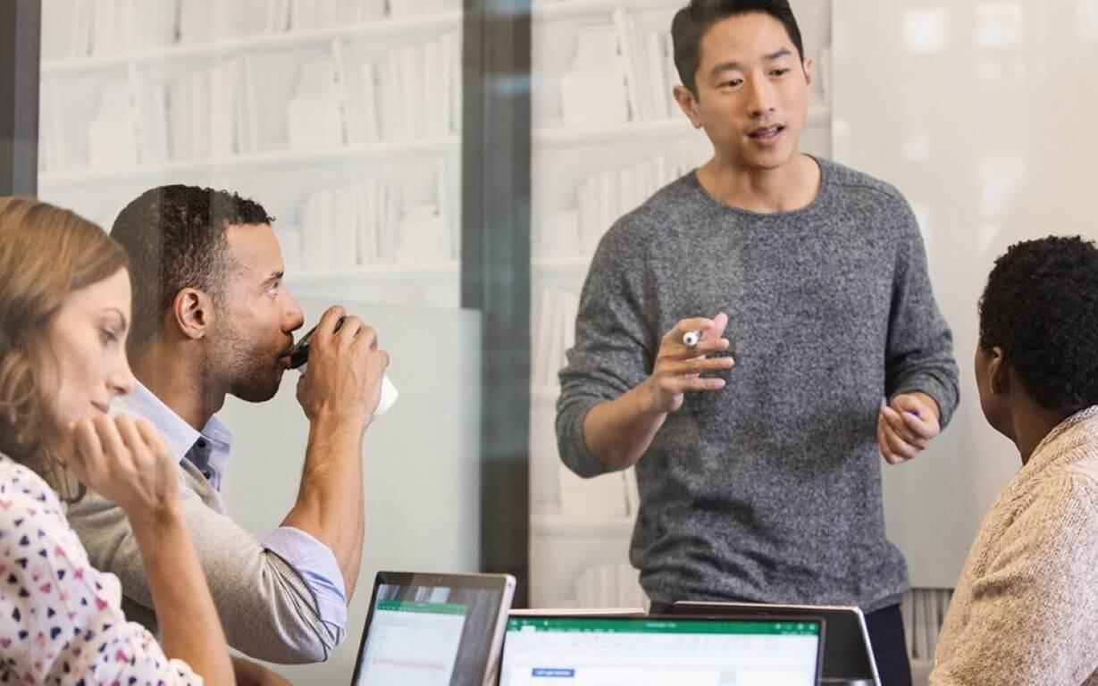 vierköpfiges Team, das an einem Projekt innerhalb der Cloud arbeitet