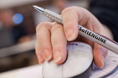 Hand mit Stift die eine Komputermaus hält