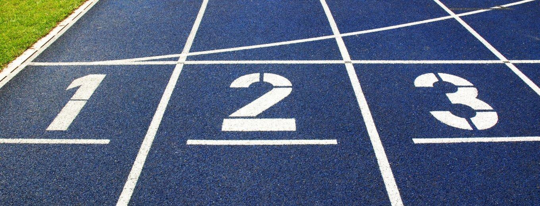 blaue Tartanbahn mit Kennzeichnung der Startnummern - für einen Sprint