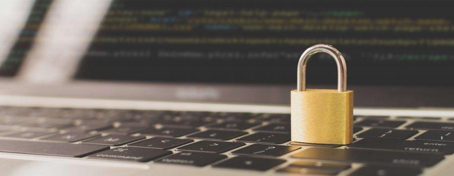 Blog Titelbild - Datensicherung symbolisch mit Laptop und Vorhängeschloss dargestellt