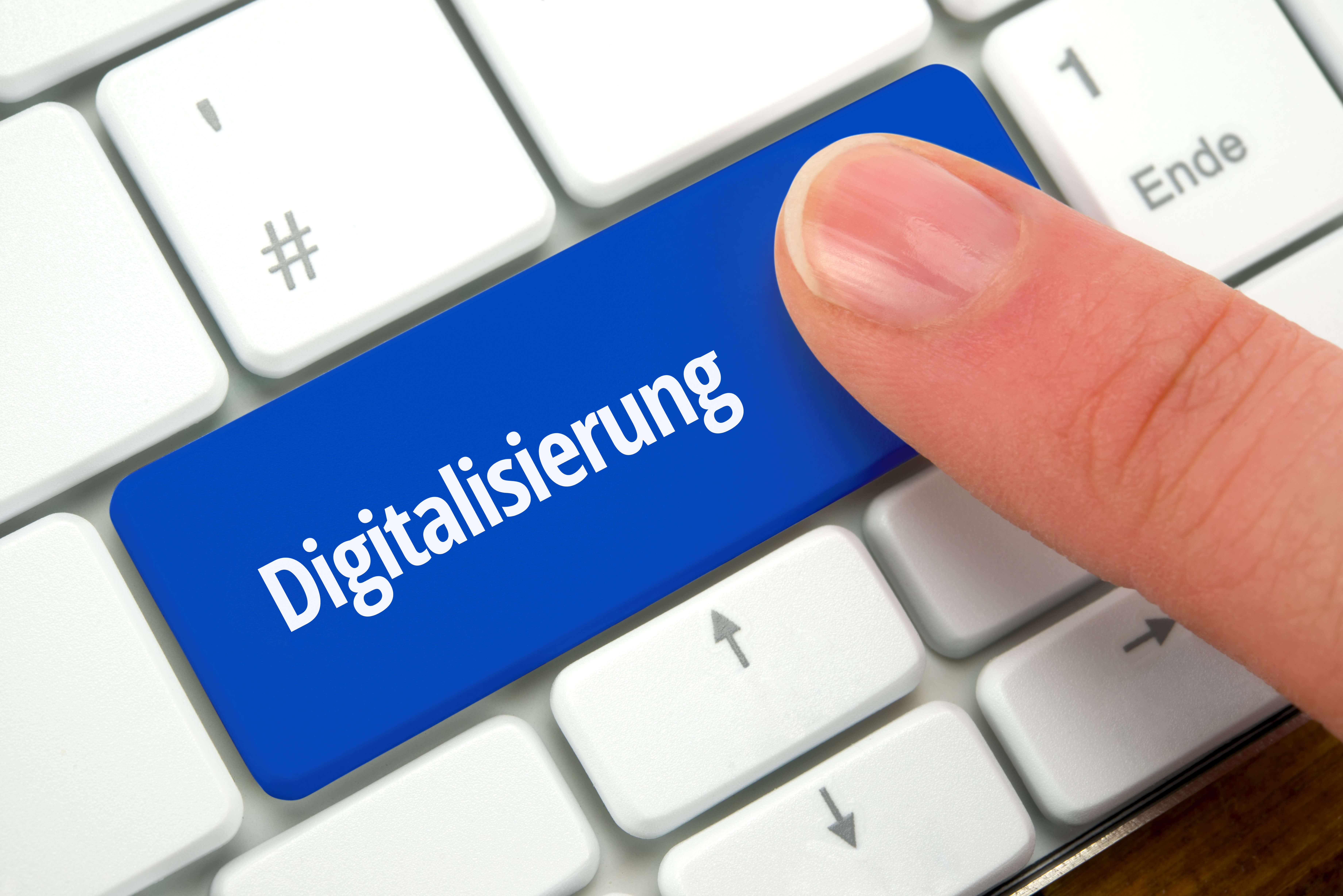"""weisse Computertastatur mit blauer Taste """"Digitalisierung"""""""