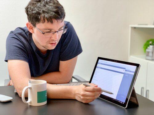 Ein Mitarbeiter zeigt am Surface Funktionen mit Touchpen und liefert die Neuheiten der DevDays 2019