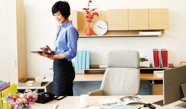 Eine Frau arbeitet am Tablet und genießt die Vorteile von mehr Zeit - da sie ihre Rechnungen automatisch versendet