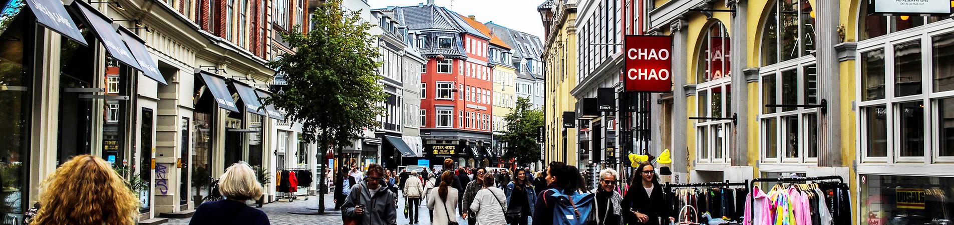 E-Commcerce Omnichannel Multichannel Crosschannel - Fußgängerzone mit vielen Shops / Geschäften