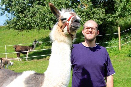 Kollege Max mit seinem Lama Adonis bei der Wanderung