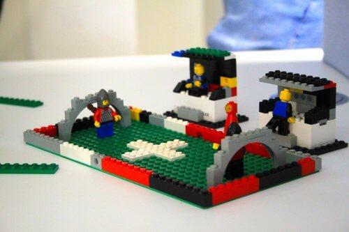 Der fertige Fußballplatz aus Lego