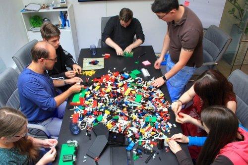 Alle Kollegen bauen während des Scrum Workshop gemeinsam Lego