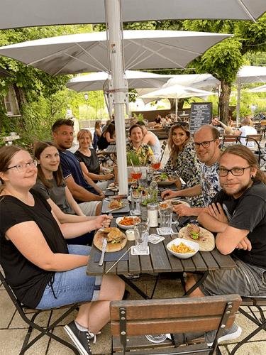Gemeinsames Abendessen im Team