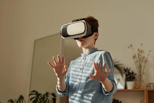 Junge mit Virtual Reality Brille
