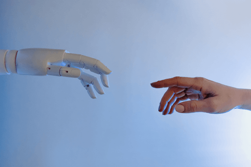 Hand eines Menschen und eines Computers
